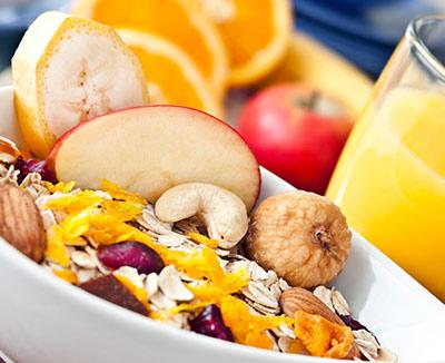 Müsli mit Obst und Nüssen für Reizdarm-Betroffene mit Verstopfung
