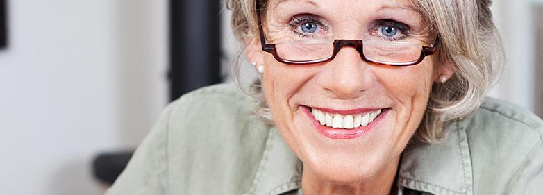 lächelnde Frau schreibt Ernährungstagebuch