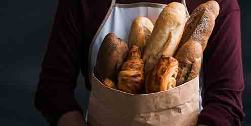 Bäckerin mit Brottüte