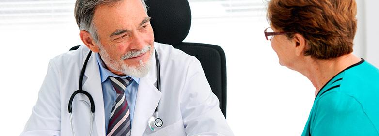 Arzt spricht mit Patientin vor einer Magenspiegelung