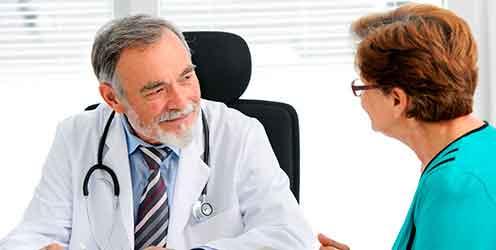 Arzt im Gespräch mit einer Patientin