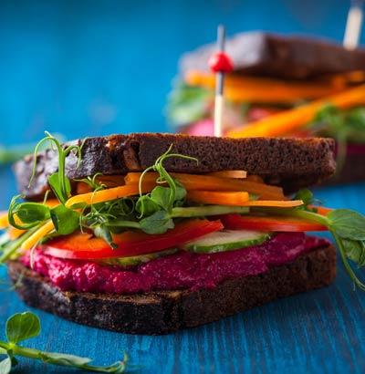 Vollkorn-Sandwiches mit frischem Gemüse