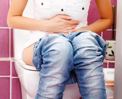 Bei einer Verstopfung kann es auf der Toilette länger dauern – harter Stuhlgang erfordert starkes Pressen