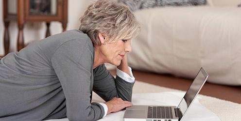 Frau füllt Reizdarm-Test am Notebook aus