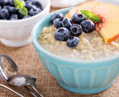 Haferbrei mit Blaubeeren – bei Bauchschmerzen ist eine leichte, gesunde Ernährung empfehlenswert