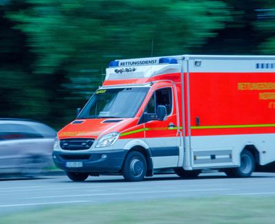 Rettungswagen im Einsatz – Bauchschmerzen können ein medizinischer Notfall sein