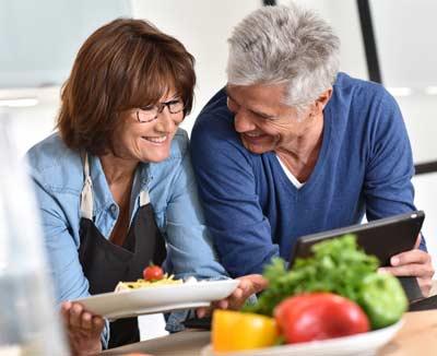 Paar bereitet gesunde Mahlzeit zu – gesunde Ernährung ist bei Darmkrebs besonders wichtig