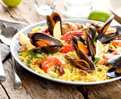 Paella mit Meeresfrüchten – möglicher Verursacher von Übelkeit und Erbrechen