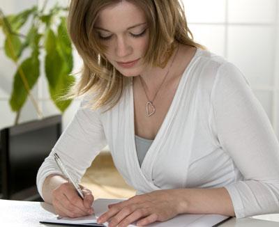 Frau schreibt Ernährungstagebuch nach Darmverschluss