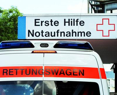 Rettungswagen vor Notaufnahme - starke Magenschmerzen können auf einen medizinischen Notfall hinweisen