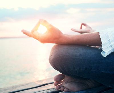 Frau bei Meditation - Entspannung ist bei Magenschmerzen ein gutes Hausmittel